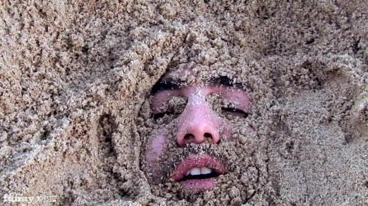 Человек, закопанный в песок по шею, не может самостоятельно освободиться. мифы, наука, разрушители легенд, юмор