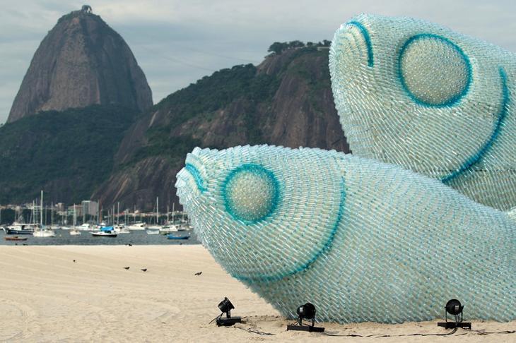 11. Скульптура из пластиковых бутылок на одном из пляжей Рио-де-Жанейро. интересное, фото