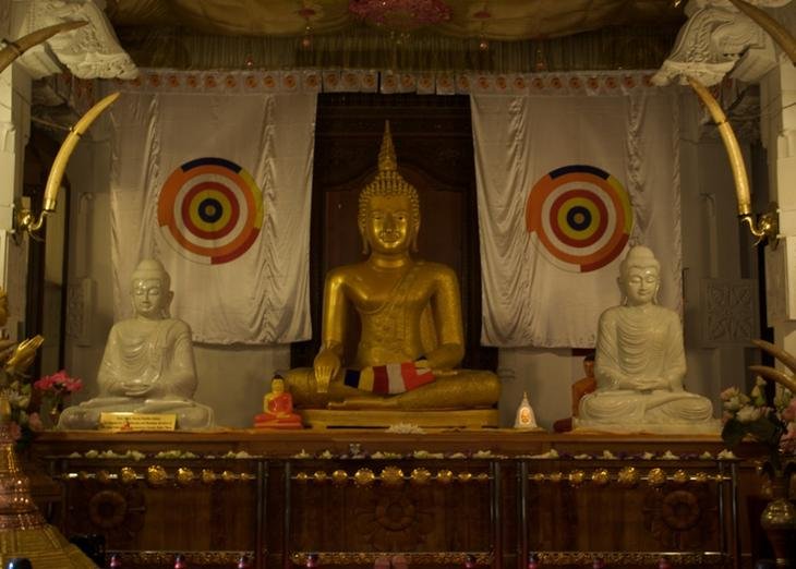 Buddha_Statue,_Temple_of_the_Tooth_Relic,_Kandy,_Sri_Lanka