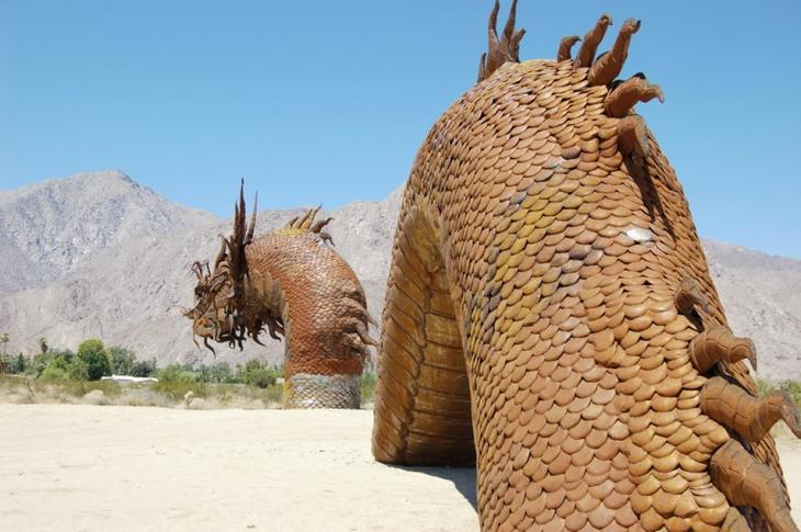 Скульптура гигантского водяного змея в пустыне Анза Боррего. Фото