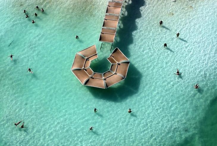 Купание в Мертвом море в курортной зоне. Фото