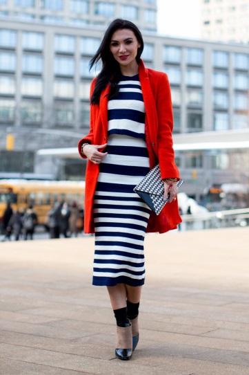 Девушка в длинном платье в полоску и красном жакете