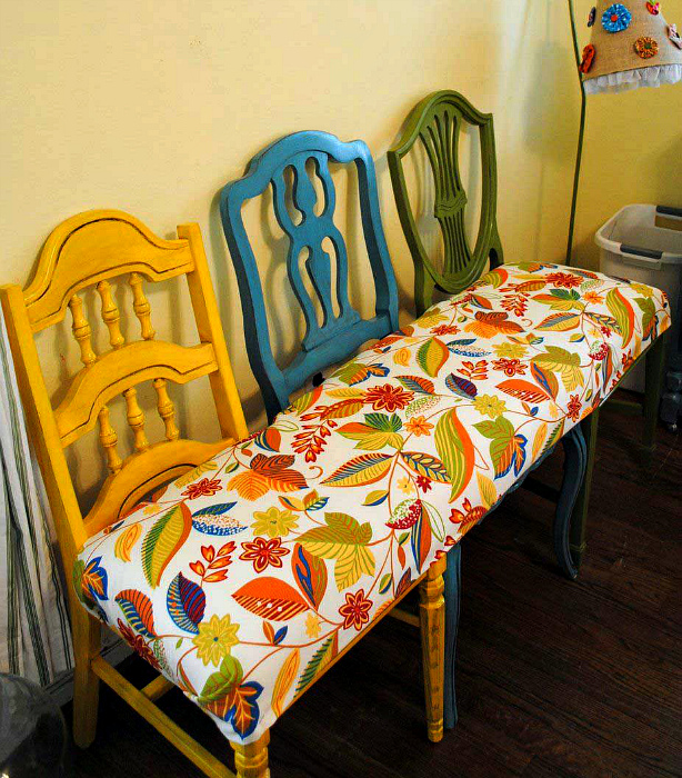 Мягкая скамья из стульев.