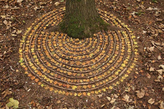 Растущее дерево художник очень органично вписал в узор из концентрических кругов.
