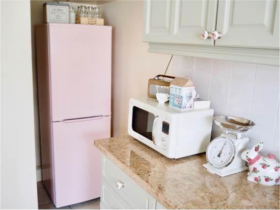 Покрашенный холодильник в интерьере
