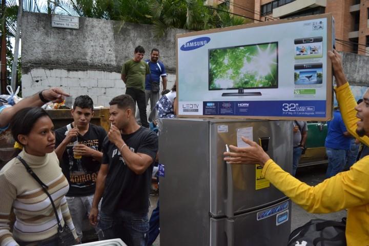1ftoood Социалистическая «оккупация» в Венесуэле: Армия захватила магазины и раздает товары почти бесплатно