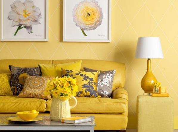 Желтая гостиная с цветочной тематикой.