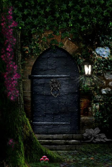 Массивная металлическая дверь, напоминающая вход в избушку ведьмы.