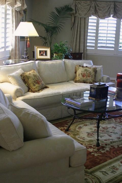 Светлая мебель в интерьере гостиной комнаты