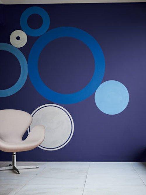 стена покрашена в тон 50BB 08/257 английского бренда красок dulux