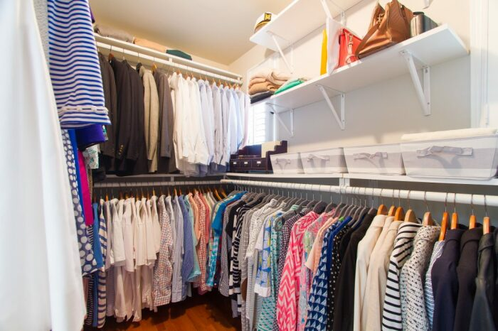 Затхлый запах может появиться в гардеробной, вещи из которой долгое время не используются / Фото: peachtreeroadies.com