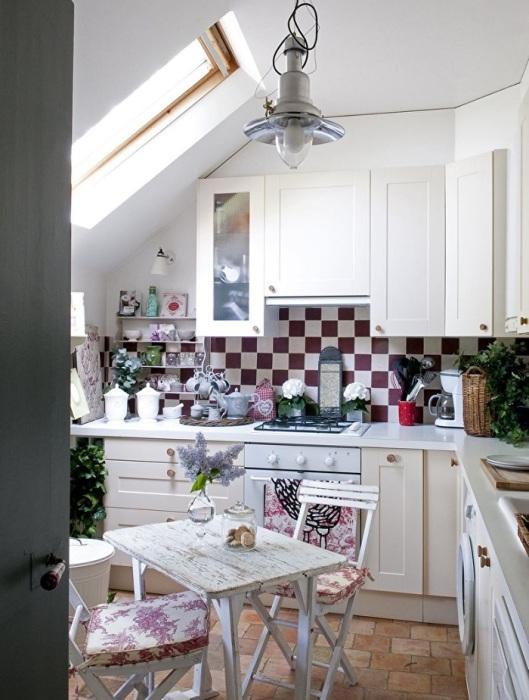 За счет окна кухня всегда будет хорошо освещаться.