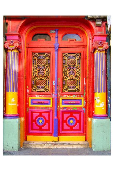 Входная дверь, расписанная яркими красками.