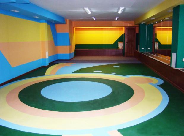 Наливной пол с разноцветными кругами