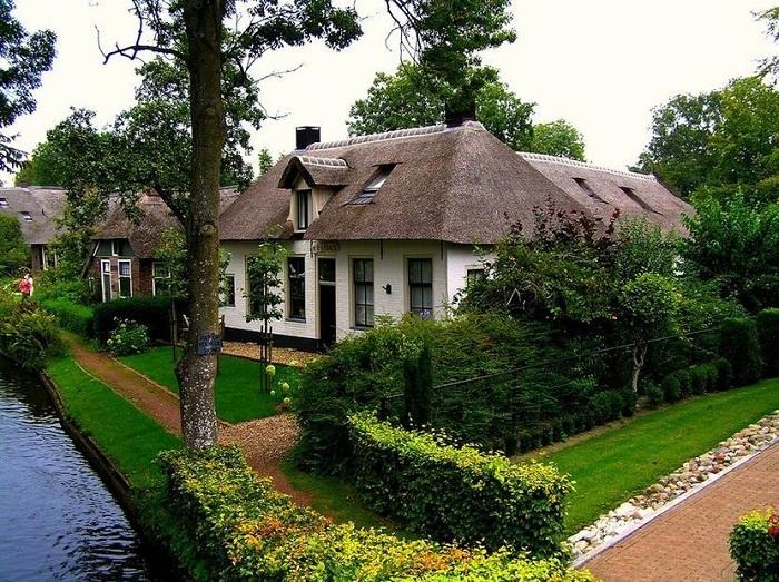 Главная изюминка в оформлении крыши дома - использование болотного тростника.
