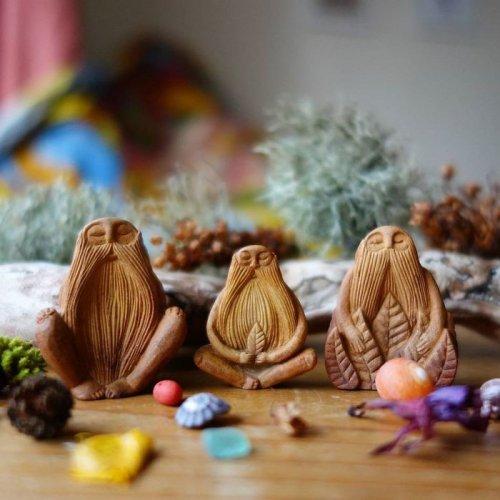 Миниатюрные скульптуры-тотемы из косточек авокадо (20 фото)