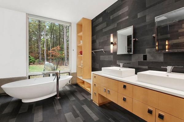 Дерево в интерьере чёрно-белой ванной комнаты