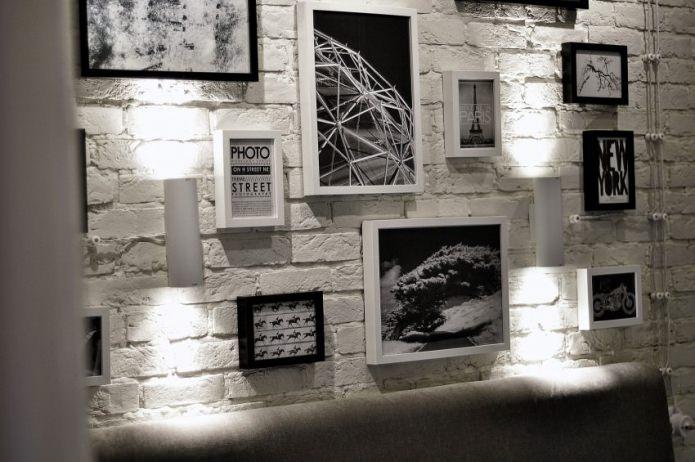 фоторамки на кирпичной стене