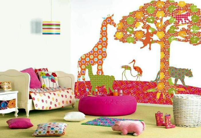 Веселое оформление стен детской.