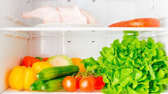 Курицу нужно класть на нижнюю полку холодильника.
