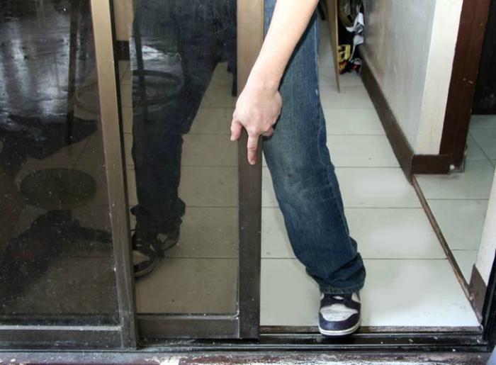 Улучшить работу механизма раздвижных дверей.