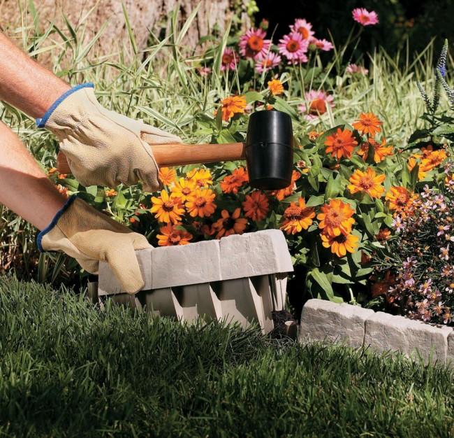 Ограждение для клумб своими руками. Легкий в установке бетонный формовой садовый бордюр: с помощью резинового молотка он надежно вбивается в землю