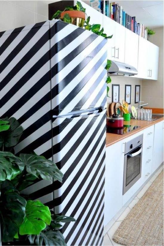 Роспись холодильника при помощи малярной ленты