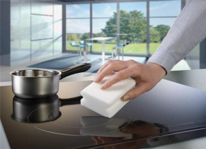 Благодаря меламиновой губке плита станет чистой и блестящей, будто новой. /Фото: navseruki.guru