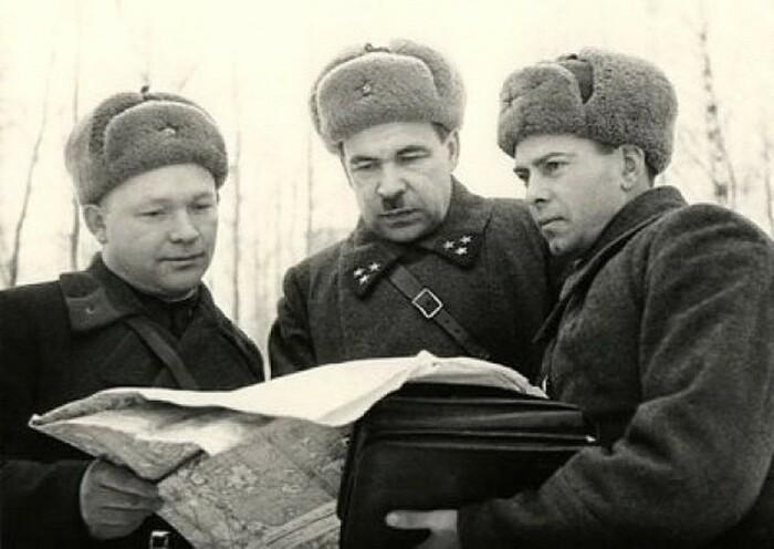 Командующий 5-й армией генерал-лейтенант артиллерии Л.А.Говоров (в центре) с подчиненными командирами. Декабрь 1941 г. /Фото: i.pinimg.com