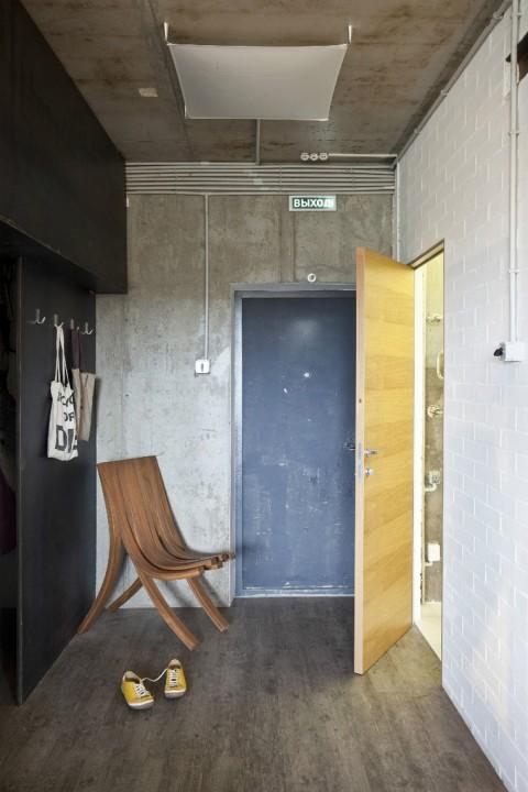 """<p>Автор проекта:  Архитектурная студия """"Однушечка"""". Фотограф: Евгений Кулибаба.</p> <p>Совсем простым может быть дизайн узкой прихожей небольшой по площади. Состаренный стены, пол, единственный дизайнерский стул, при полном отсутствии шкафом и прочей мебели – все работает на успех. Чтобы сделать интерьер узкой прихожей более просторной, освободите ее от любых конструкций и деталей!</p>"""