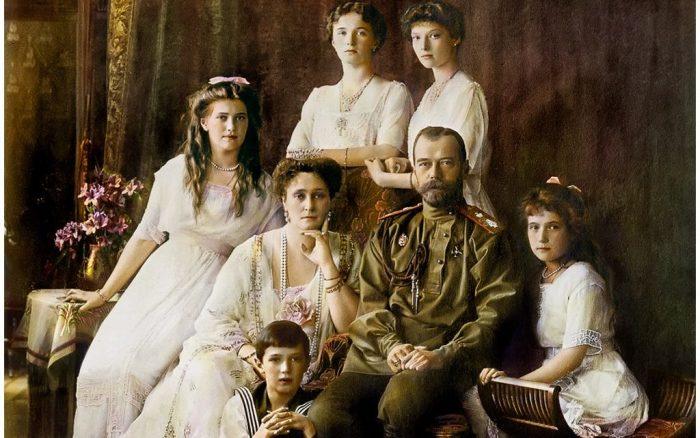 Николай II с семьей./Фото: images.vfl.ru