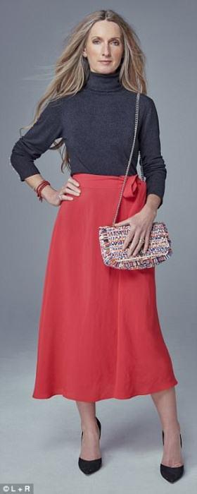 Красная юбка с серым гольфом и лодочками.