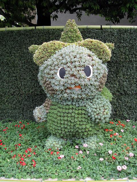 Японский парк Кераку-эн летом. Скульптура из цветов. Фото