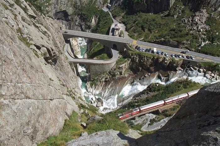 Мост облегчает переправу через ущелье Шёлленен и по сей день (Teufelsbrиcke, Швейцария).