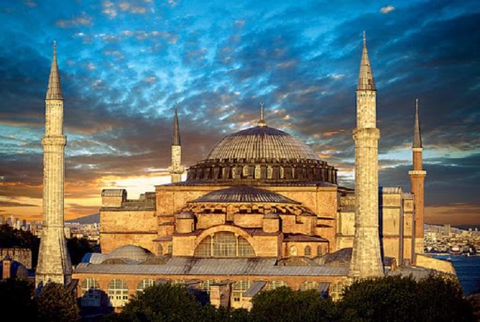 В начале 20-го века мечеть Айя София получила статус музея, но христианский мир хочет вернуть собору его первоначальное предназначение (Стамбул, Турция). | Фото: vokrugsveta.ru.