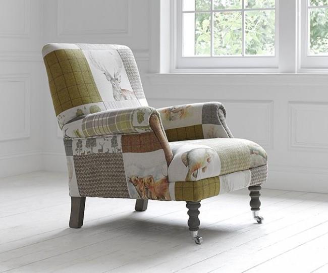 Кресло в стиле ретро с обивкой из разных лоскутов ткани пастельных тонов