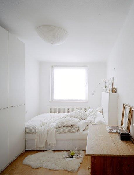 Маленькая комната будет прекрасно смотреться в белом цвете и минималистичном стиле