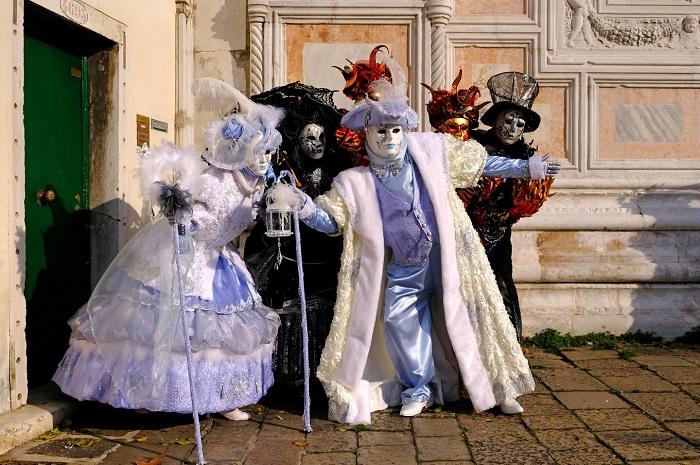 Шикарные костюмы и маски делают участников карнавала яркими и неузнаваемыми.