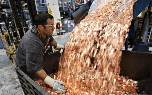 Самсунг выплачивает компании Эппл 1 миллиард долларов 30-тью грузовиками, полными монет по 5 центов