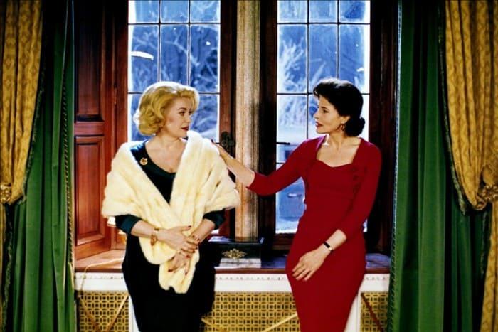 Катрин Денев и Фанни Ардан в фильме *Восемь женщин*, 2002 | Фото: woman.ru