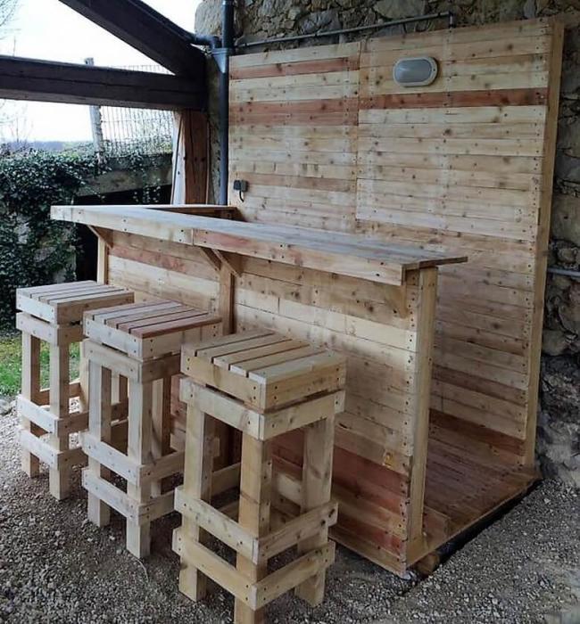 Необычная барная стойка из деревянных поддонов придаст любому помещению натуральность и может стать уникальным дизайнерским предметом в интерьере.