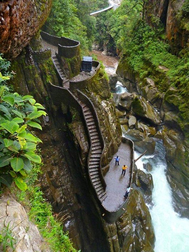 Лестница к водопаду Pailon del Diablo. Баньос, Эквадор.