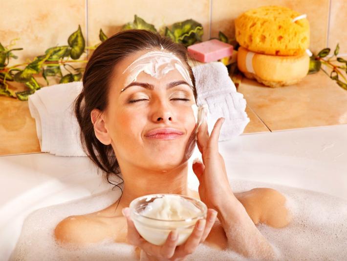 девушка делает маску в ванной