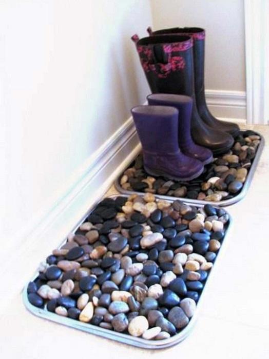Из морской гальки можно сделать эксклюзивный коврик для прихожей, который сразу оживит её.