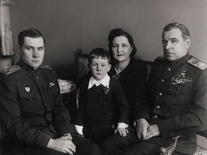 Маршал с семьей. /Фото: 900igr.net
