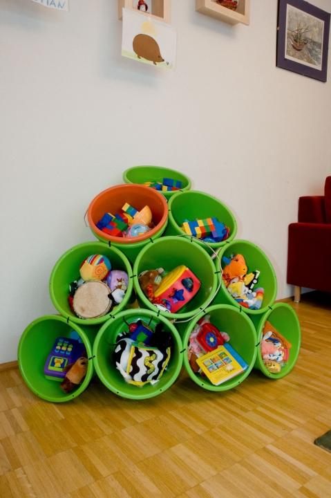 место для хранения игрушек из пластиковых вёдер