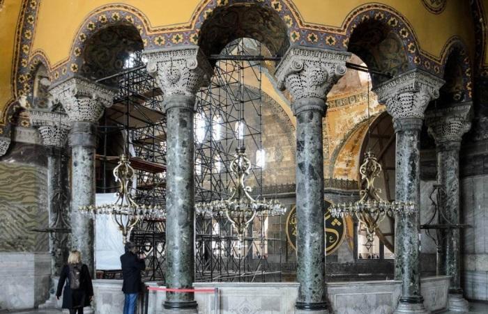 Мраморные колонны были доставлены из храма Солнца, а из Эфеса – 8 уникальных в своем роде колонн из зеленого мрамора (Софийский собор, Стамбул). | Фото: yarowind.livejournal.com.