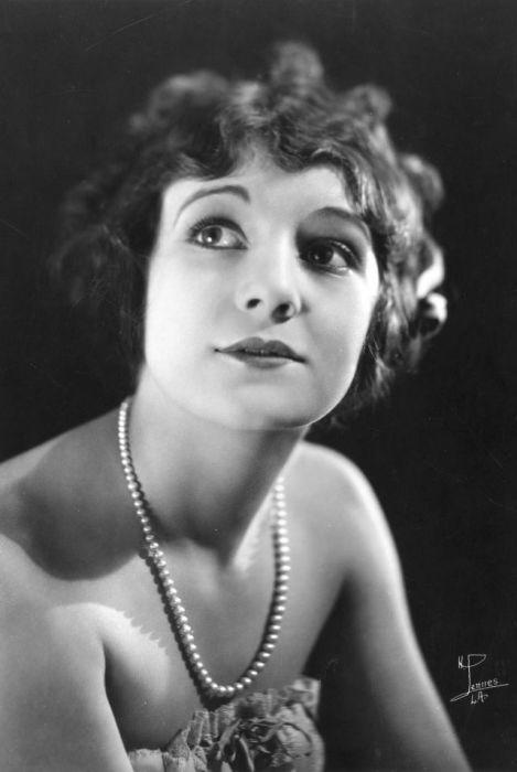 Свою первую главную роль актриса получила в 18-летнем возрасте.