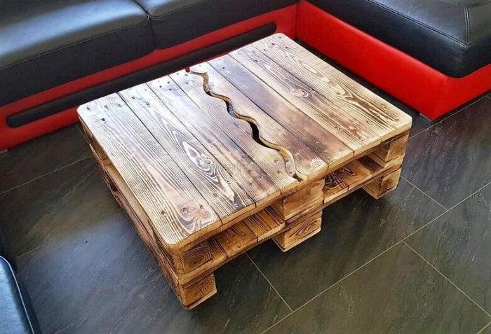 Деревянные поддоны - это достаточно оригинальный и бюджетный материал для создания прочного и практичного журнального столика.
