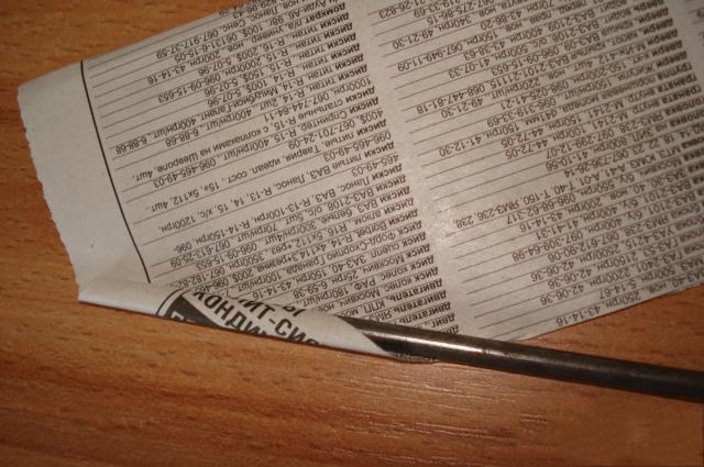 Прикладываем спицу или толстую проволоку и заворачиваем вокруг бумагу слегка наискосок по отношению к бумаге
